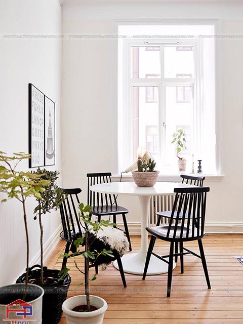 Bàn ăn hình tròn nhỏ gọn được thiết kế cho không gian bếp có diện tích khiêm tốn
