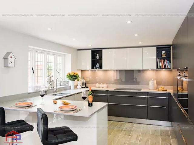 Hình ảnh không gian bếp đẹp màu trắng kết hợp đan tinh tế với cách bố trí công năng tối đa dành cho gian bếp có diện tích rộng rãi