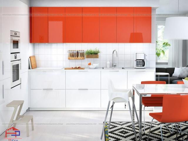 Hình ảnh không gian bếp đẹp với màu trắng kết hợp đỏ cực kì nổi bật mặc dù không gian bếp có diện tích nhỏ hẹp