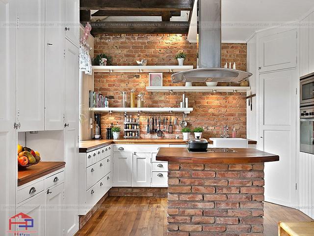 Một không gian bếp mang vẻ đẹp cổ kính nhưng vô cùng ấn tượng từ bàn đảo bếp được xây gạch mộc không trát