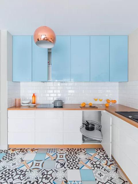 Hình ảnh không gian bếp đẹp cho nhà nhỏ chỉ 10m2 với mẫu tủ bếp chữ L tận dụng tối đa diện tích. Màu sắc trung tính giúp không gian bếp thoáng đãng hơn