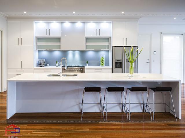 Màu trắng chủ đạo của hình ảnh không gian bếp đẹp này giúp không gian thêm phần thoáng đãng và rộng rãi