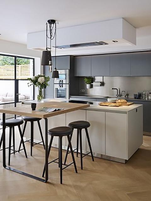 Hình ảnh không gian bếp đẹp với chất liệu gỗ công nghiệp chủ đạo mang đến một gian bếp hiện đại, công năng cao dù không gian bếp có nhỏ hẹp