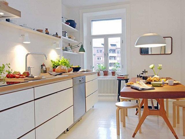 Nhà bếp hình vuông với diện tích chỉ khoảng 10m2 vẫn có thể bố trí đầy đủ tiện nghi với cách sắp xếp khoa học, bố trí thông minh tù KTS